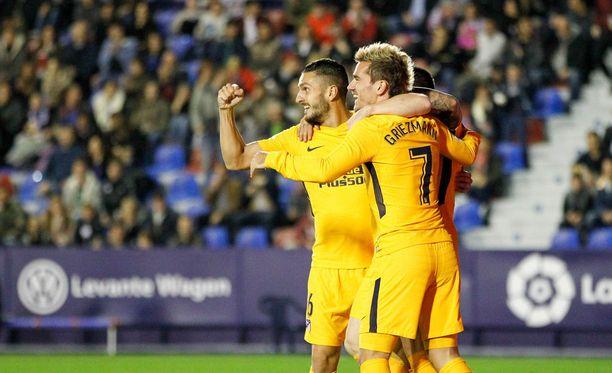 Koke (vas.) ja Antoine Griezmann olivat mukana Atléticon maalipeijaisissa.