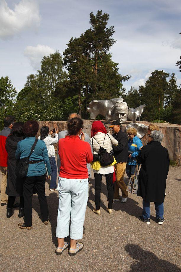 Vilkkaina päivinä monumentin ympärillä käy melkoinen kuhina. Se on Helsingin kuuluisimpia nähtävyyksiä.