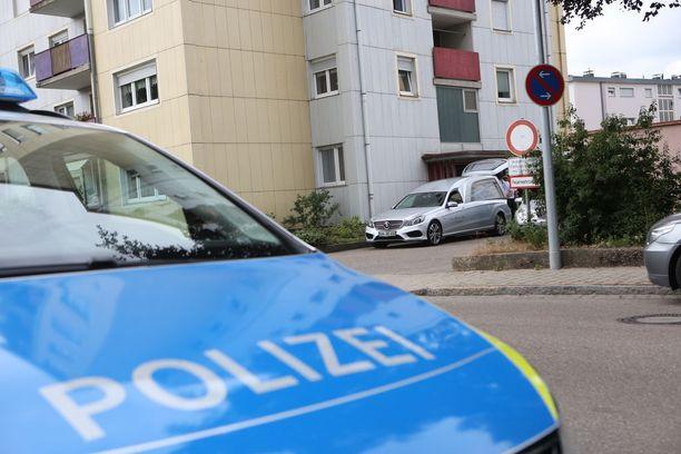 Asuinkerrostalon edessä seisoi tiistaina poliisi- ja ruumisautoja.