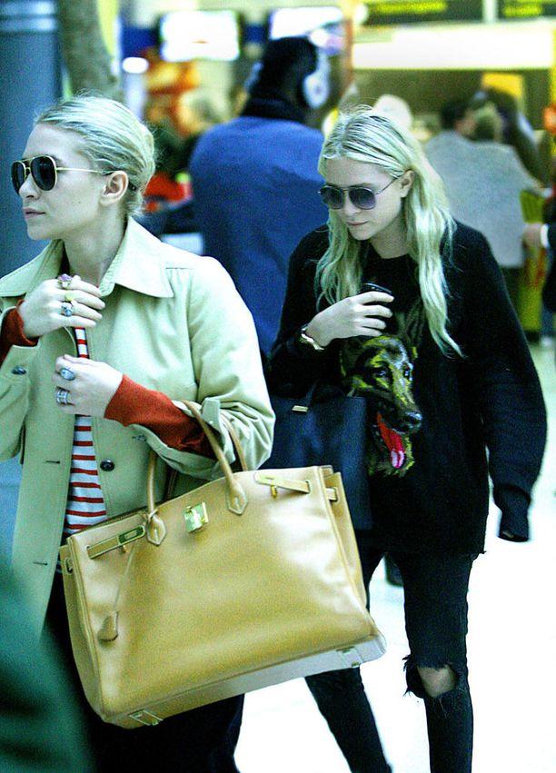 Tässä kaksoset ovat astumassa lentokoneeseen. Shopper-laukkuun mahtuu kätevästi kaikki lennolla tarvittava!