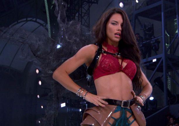 Myös portugalilainen Sara Sampaio häikäisee show'ssa.