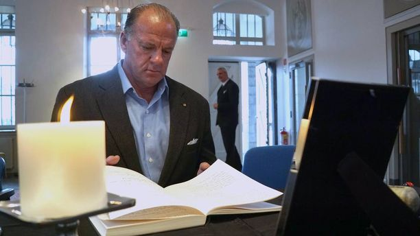 Yhdysvaltain entinen suurlähettiläs James Cain sai kuulla tyttärensä menneen salaa naimisiin vasta terrori-iskujen myötä.
