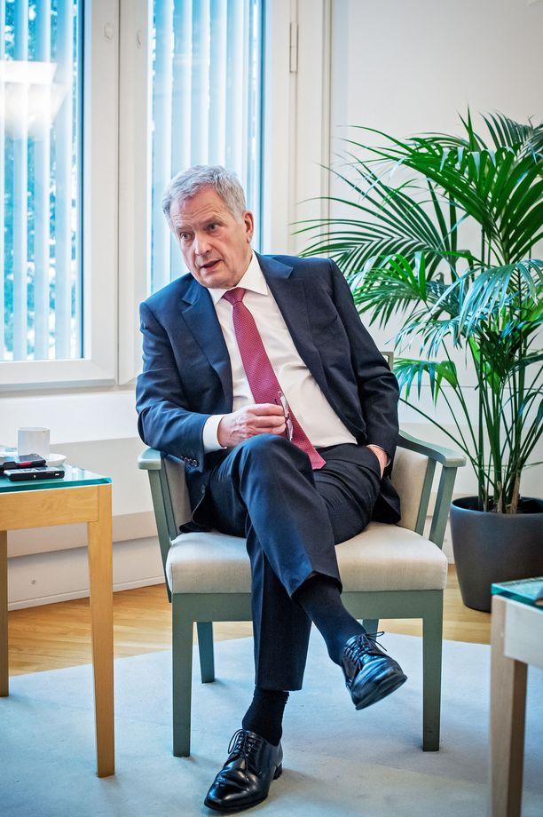 Tasavallan presidentti Sauli Niinistö pitää ongelmallisena nykyisiä laajennettuja poliittisia kabinetteja. Esimerkiksi Sanna Marinin (sd) johtamalla hallituksella on yhteensä 80 poliittista avustajaa.