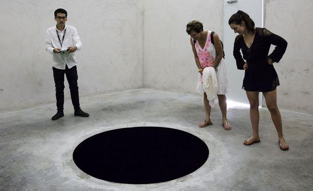 Anish Kapoorin Descent into Limbo -installaatio on kaksi ja puoli metriä syvä musta aukko.