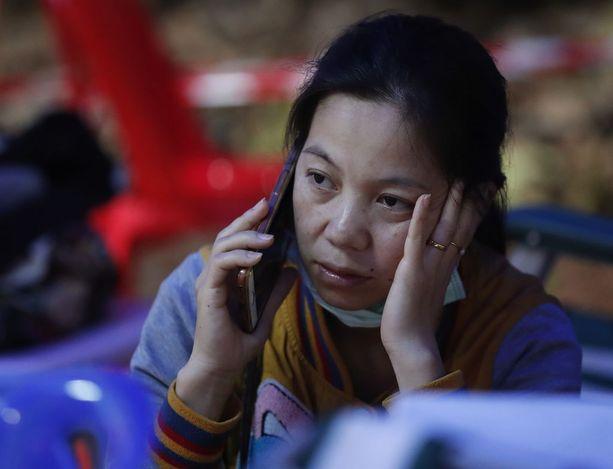Kadonneen pojan äiti odottaa uutisia operaation etenemisestä.