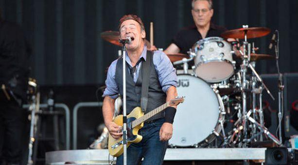 62-vuotiaan Brucen charmia ei voi olla ihailematta. Miehen lämmin läsnäolo konsertissa hakee vertaistaan.