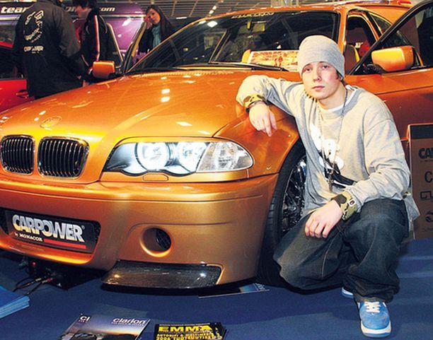 Pikku G esittelee omaa autoharrastustaan näyttelyssä.