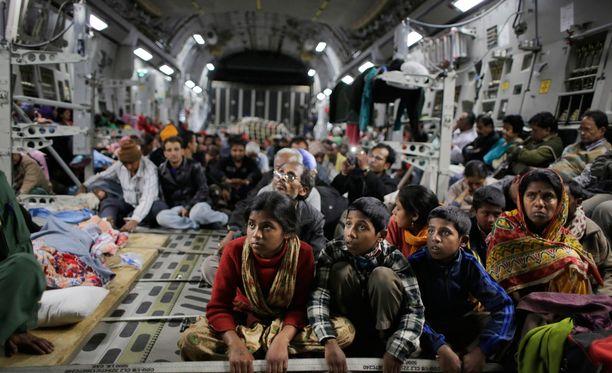 Lauantain maanjäristyksestä selviytyneitä kuljetettiin armeijan kulkuneuvoilla evakkoon Kathmandusta.