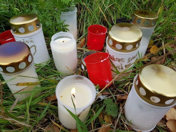 Sunnuntaina useita kynttilöitä oli tuotu paikalle, josta vuonna 1992 syntynyt nainen löytyi lauantaina surmattuna.
