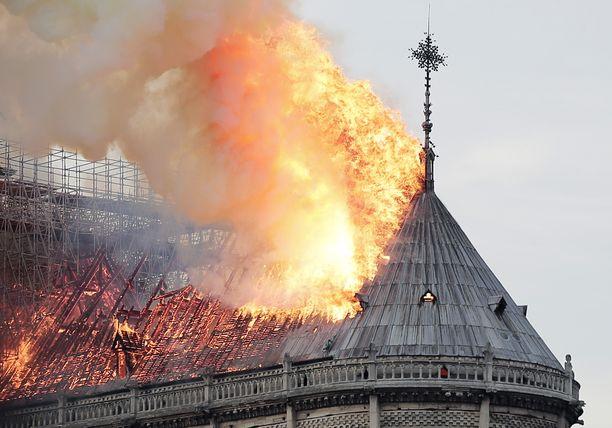 Katto tuhoutui tulipalossa täysin.