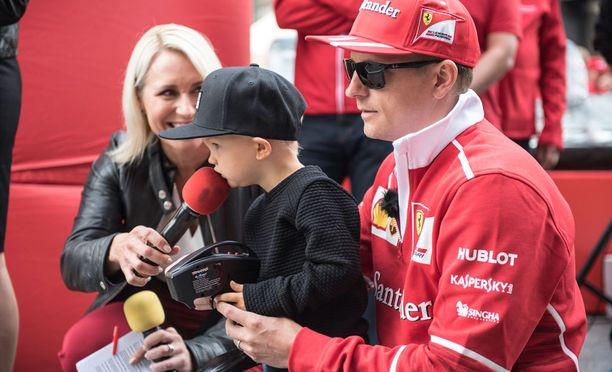 Kimi Räikkönen otti mediatilaisuuteen mukaansa poikansa Robinin.