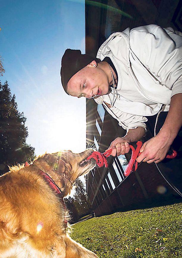 KAVERUUS KESTÄÄ Jesse Veikkolainen tulee tapaamaan koiria sittenkin, kun on ammattikoulussa. Koirat saavat usein vieraakseen vanhoja oppilaita.