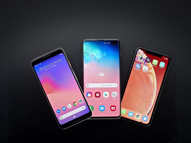 Testatut puhelimet: Google Pixel 3 (vas,), Samsung Galaxy S10+ ja Apple iPhone XR
