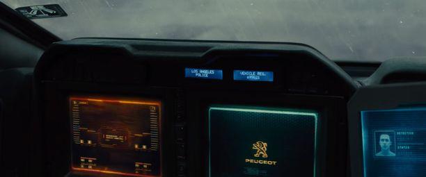Elokuvan autossa Peugeotin merkki näkyi muun muassa sisällä auton näytössä sen käynnistyessä.