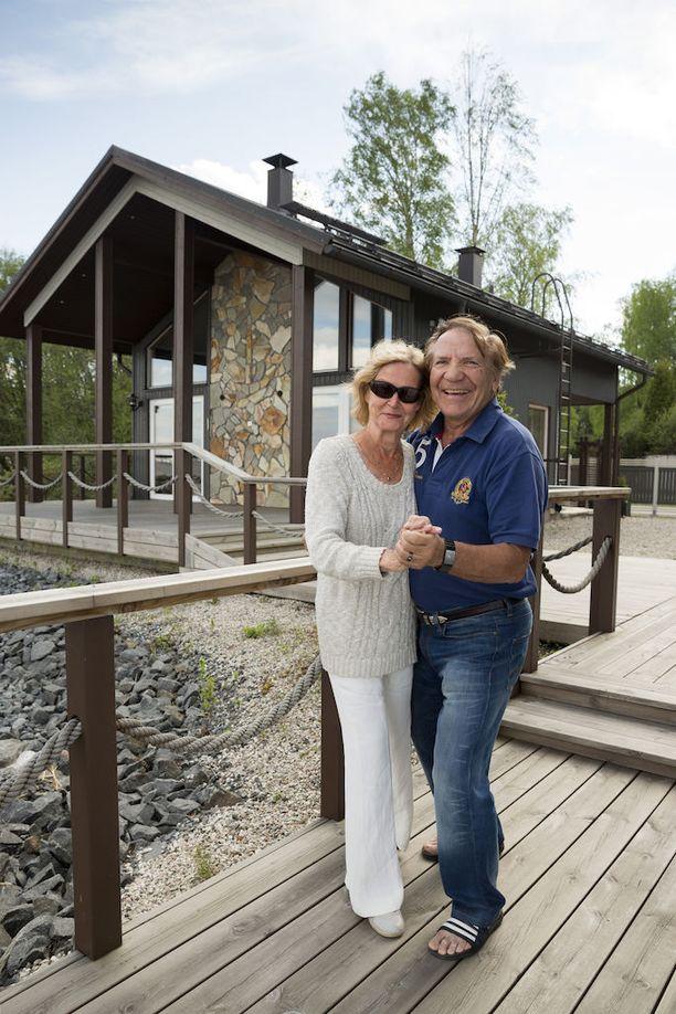 Muisti ei aina pelaa, mutta vaimoni lenkkeilee pian kävelysauvoilla lujempaa kuin minä, Grön kertoo Marjatta-vaimonsa terveystilanteesta.