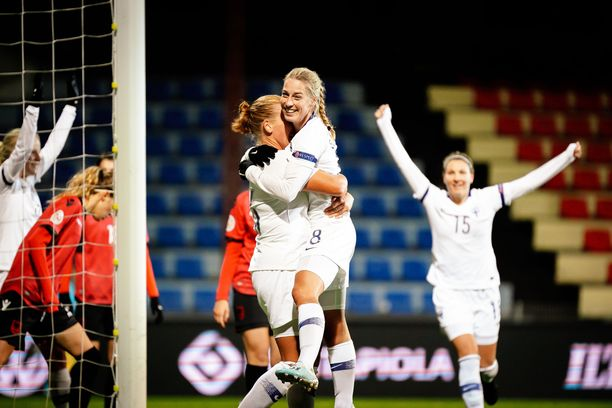 Linda Sällström (keskellä) juhlii maalia.