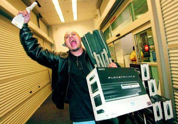 JIIHAA! Mario Quintero, 25, tuulettaa ostettuaan Sonyn PlayStation 3:n heti pelikonsolien tultua myyntiin perjantain vastaisena yönä Los Angelesissa. Eriskummallinen on tuo miesten maailma.