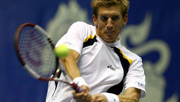 Jarkko Nieminen pelaa Tukholman turnauksen välierissä.