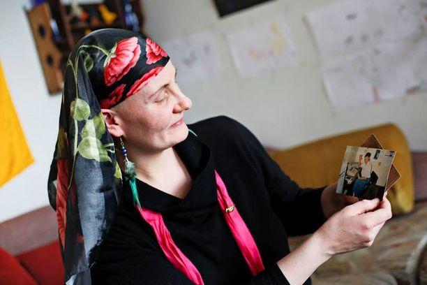 Jaana Holm on säilyttänyt visusti tallessa ne muutamat kuvat, jotka hän on äidistään saanut.