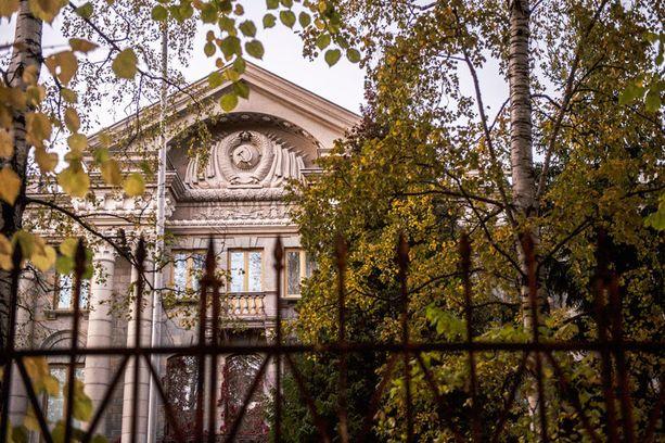 Porkkalan tilalla on Venäjän suurlähetystön (kuvassa) edustus- ja virkistyskäyttöön nimettyjä rakennuksia.
