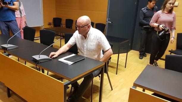 Urheilutoimittaja Tapio Suominen puhui sittenkin muistikuvistaan, kun tenttasi oikeusjuttunsa asianomistajaa. Tehtävä olisi tavallisesti kuulunut oikeudenkäyntiavustajalle.