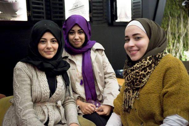 Syyrialainen turvapaikanhakija Bodour Sankari, 23, (oik.) opiskelee Gaziantepin yliopistossa Turkissa yhdessä 19-vuotiaiden turkkilaisten Kordelen Simsekin (vas.) ja Kübra Uscun kanssa. Nuoret naiset istuvat kahvilassa nimeltä Mahmood Café. Taustalla näkyy taulu Eiffel-tornista.