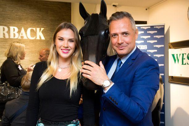 - Luksuskellot ovat tuttuja myös omien töiden puitteissa, Arabiemiraateissa työskentelevä Anni Uusivirta totesi ratsastaja Marko Björsin vieraana Westerbackin Longines-kellomerkin illassa.