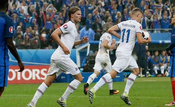 Islannin pelaajat juoksivat urheasti palloa keskipisteelle vielä toisen 2-5-kavennuksen jälkeenkin.