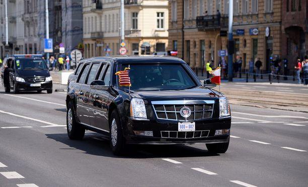Presidenttiä kuljettanut The Beast vuosi sitten Varsovassa.