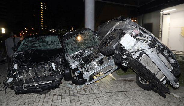 Jotkut autot rusentuivat käyttökelvottomiksi.