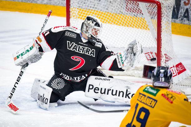 Tolpasta sisään vai tolpasta ulos? Pienet marginaalit ratkaisevat, kuten JYP-vahti Eetu Laurikainen ja Lukon Janne Keränen todistavat.