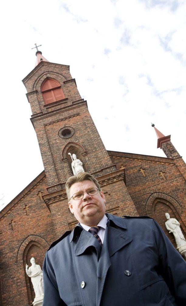 Timo Soini uskoo ihmisten kunnioittavan hänen vakaumustaan. Kuvassa Soini on Pyhän Henrikin katedraalin edessä Helsingissä. Roomalaiskatolisella kirkkorakennuksella on henkilökohtaista merkitystä, sillä Soini vihittiin kirkossa.