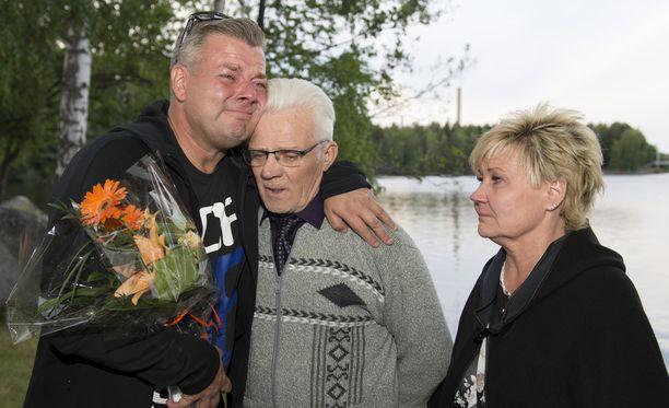 Jari Sillanpää lohdutti Raimo-isäänsä. Vierellä Sari-sisko.