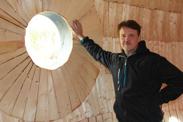Ilmatieteen laitoksen säätutkan kupu siirtyi Jouni Niemelän ravintolan katolle.