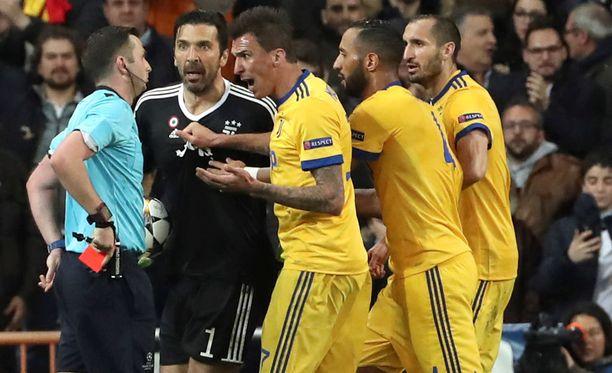 Juventus-pelaajat protestoivat Michael Oliverin rangaistuspotkutuomiota voimakkasti mutta turhaan.