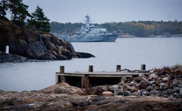 Ruotsin merivoimien korvetti pysähdyksissä Utön ja Ornön saarten välissä Tukholman edustalla, kun vieraan valtion sukellusveneistä etsittiin Ruotsin aluevesiltä viime syksynä.
