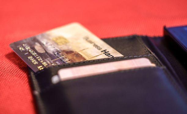 Mies ei ollut esittäytynyt sen tarkemmin vaan oli kertonut, että kyseisen rouvan pankkikorttia oli hakkeroitu ja että tililtä nostettu yli 700 euroa. Kuvituskuva.
