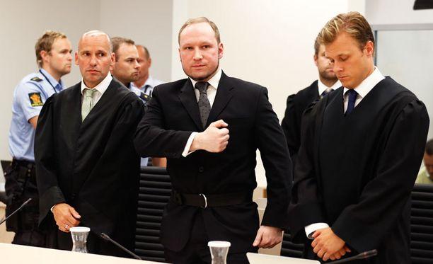 Asianajaja Geir Lippestad (vas.) ja massamurhaaja Anders Behring Breivik oikeudessa vuonna 2012.