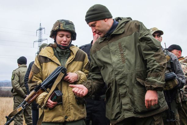 Niin sanotun Donetskin kansantasavallan johto (kuvassa oikealla Aleksandr Zahartsenko) on myöntänyt venäläiskenraalille kunnianosoituksen tämän panoksesta Ukrainan sodassa. Kuva separatistien harjoituksesta alkukuusta.