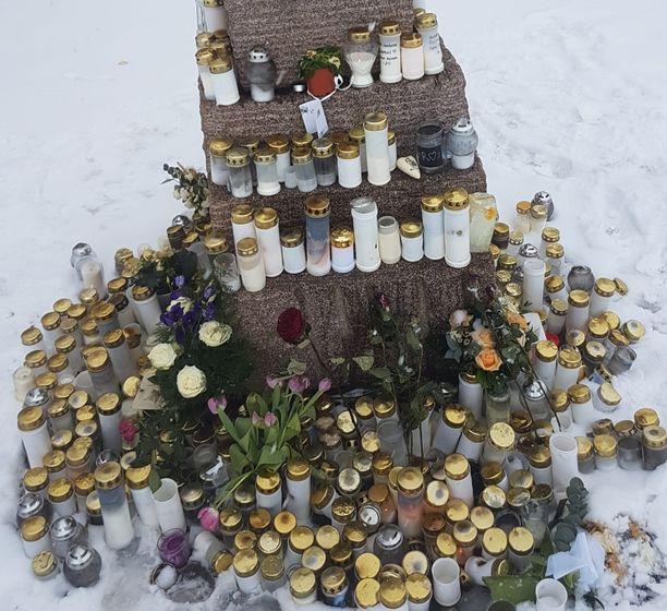 """""""Olin valtavan kiitollinen siitä, kuinka sadat lauttasaarelaiset muistivat Rasmusta kynttilöin Kasinonrannan patsaan luona"""", äiti sanoo."""