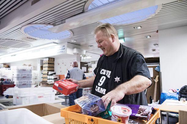Heikki Hursti on liikuttunut ihmisten innosta auttaa. Järjestö antaa vaate- ja ruoka-avustuksia ympäri vuoden niitä tarvitseville.