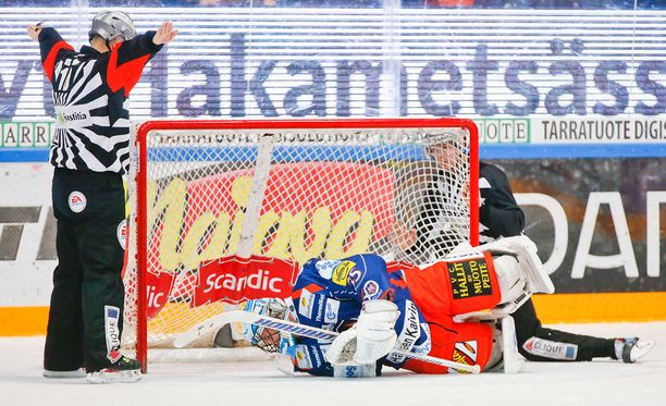 Päätuomari Marko Kovanen levittää kätensä ja näyttää, ettei kiekko mennyt kokonaisuudessaan maaliin Mika Norosen alta.