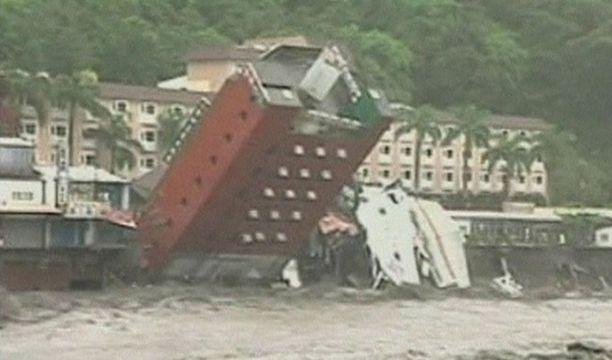Tulvavedet syövyttivät taiwanilaisen hotellin perustan ja aiheuttivat sortumisen.