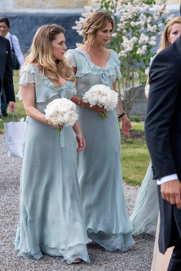 Madeleine pukeutui tärkeää kaason tehtäväänsä varten aivan samanlaiseen pukuun kuin muutkin kaasot.