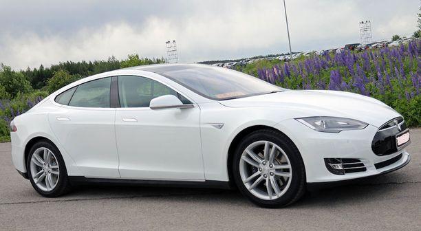 Teslan vuokraus on kallista, vuokrasi auton mistä tahansa. (Kuvan auto ei ole kyseinen auto).
