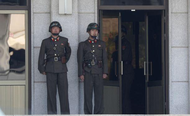 Pohjois-Korean sotilaita maiden välisellä rajavyöhykkeellä Panmunjomin rajakylässä.