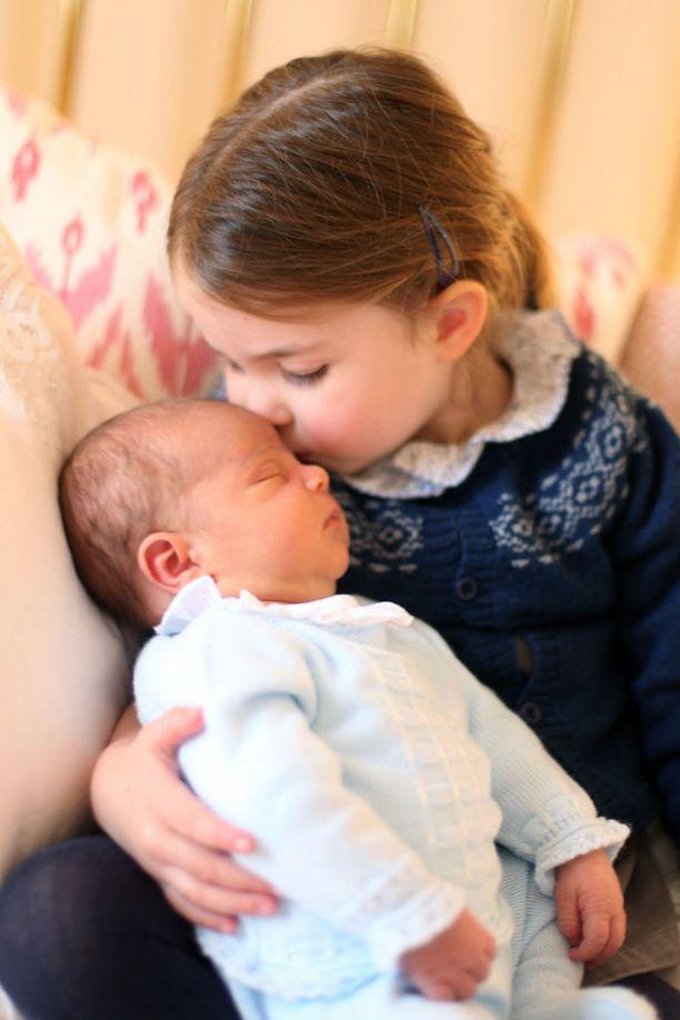 Prinsessa Charlotte suukottaa tyytyväisenä unten mailla olevaa pikkuveljeään prinssi Louisia 2.5.2018.