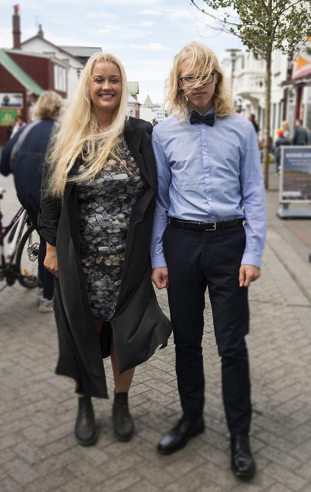 Nilkkurit voi yhdistää myös mekkoon. Pitkä takki lämmittää tuulessakin. Nuoren miehen asu on skarppi, kuten konfirmaatiosta tulleen asun kuuluukin.