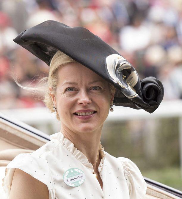 Lady Helen Taylor yhdisti tumman hatun vaaleaan kesämekkoon.
