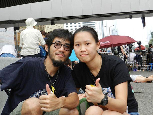 Muusikot Wai Yee (33) ja Yzn Chiu (31) kokivat mellakkapoliisin kyynelkaasutuksen. He kokivat paikallaolonsa velvollisuudeksi opiskelijoita kohtaan.